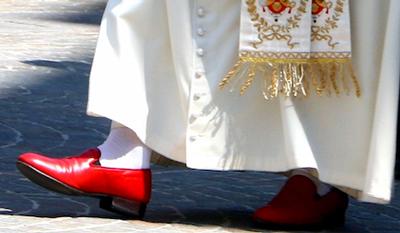 El Papa viste zapatos Prada