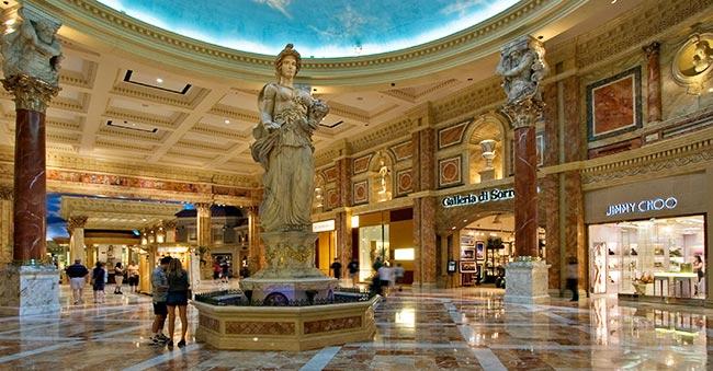 Esta estatua de la diosa romana Fortuna, ahora llamada Lady Luck en Estados Unidos, está en la entrada de un conocido centro comercial en Las Vegas cuyo tema es Roma, el César, y las antiguas deidades paganas romanas.