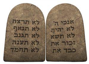 Los 10 Mandamientos que Dios entregó a Moisés.