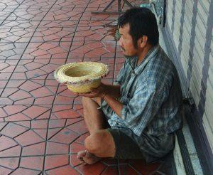 """""""Si ayudas al pobre, le prestas al Señor, ¡y Él te lo pagará!"""" — Proverbios 19:17 (NTV)"""