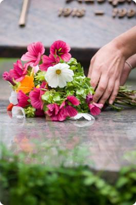 La costumbre de colocar flores sobre los féretros y las tumbas de los muertos no es bíblica.
