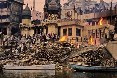 En India las personas siguen costumbres paganas, en donde queman a los muertos a orillas del río Ganges.
