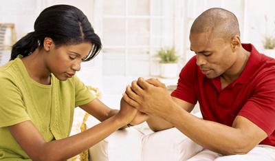 pareja-rezando
